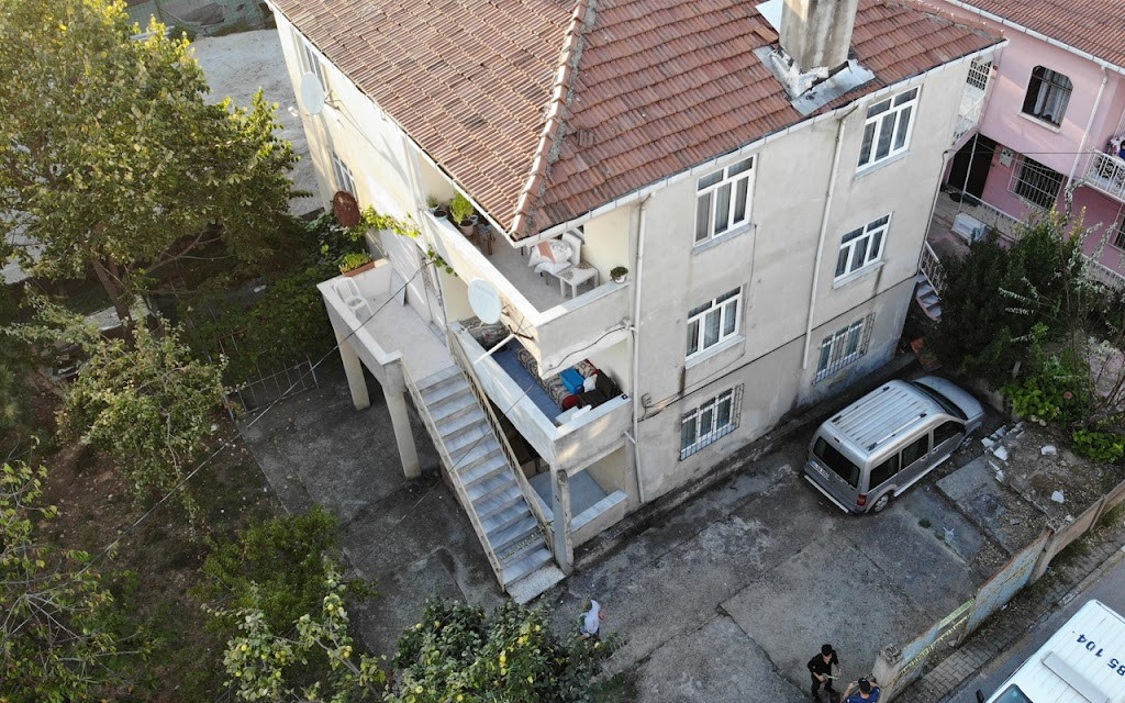 Depremin ardından çatlaklar oluşan bina boşaltıldı