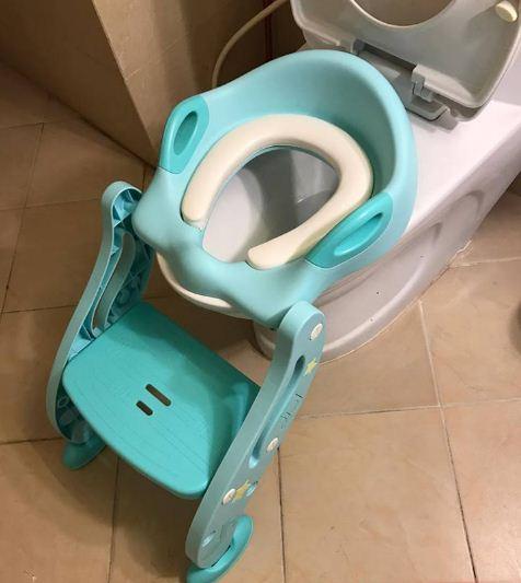 nắp bồn cầu ngồi toilet cho bé có thang và tay vịn, có đỡ sau