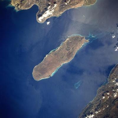 La Rochelois Bank nel Golfo di Gonâve, Haiti, dove Mary Celeste incontrò la sua fine. La Rochelois Bank è vagamente distinguibile nel canale meridionale tra l'isola e la terraferma.