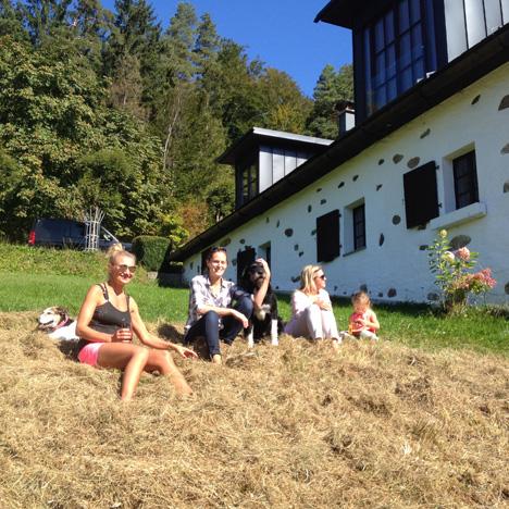Kurze Verschnaufpause & Zeit zum Heusitzen mit Angelika Niedetziky