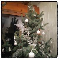 sapin de Noël argenté et blanc