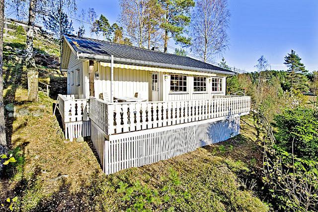 Å rive og bygge hytteveranda  blir det mye kos av - Hytta før riving og nybygging av hytteverandaen