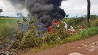Avião com 4 passageiros cai e explode em fazenda, dois morrem queimados