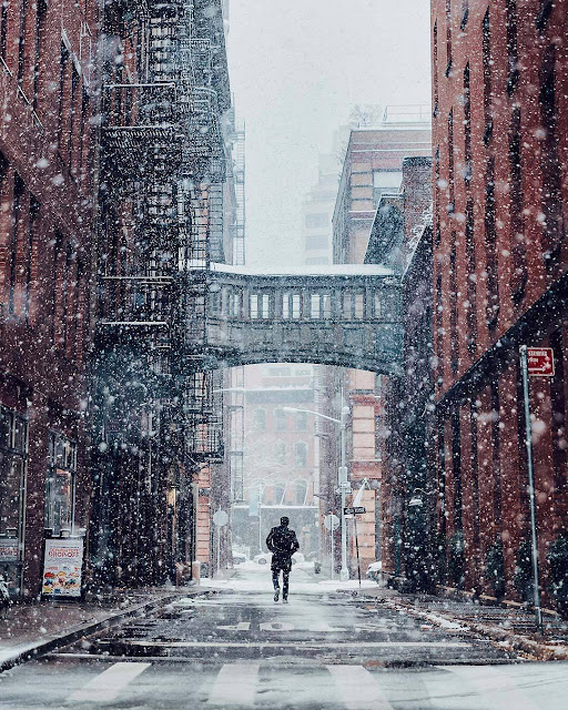 صوره ورمزية شخص يمشي تحت الثلوج بالمدينة للتصميم بدون حقوق من مدونة رمزيات www.r2y.net