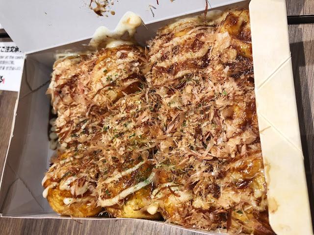 manger takoyaki à Osaka