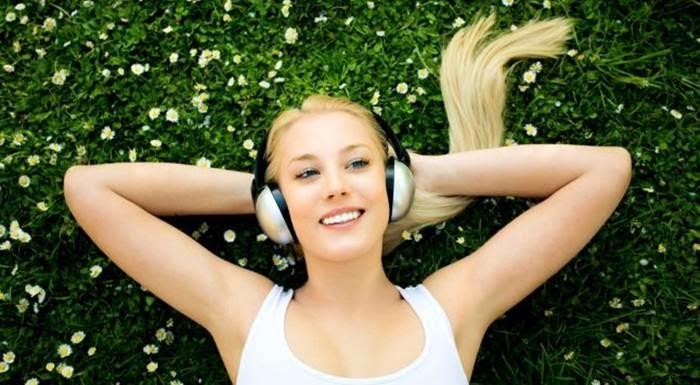 wanita mendengarkan musik