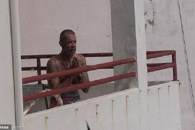 Dave Mitchell, seorang pria asal Inggris mengatupkan kedua tangannya setelah melempar istrinya, Sukenda, dari lantai tujuh. Mitchell mengaku melakukannya lantaran kesal tak bisa keluar apartemen buntut lockdown Covid-19 di Thailand. (ViralPress via Daily Mail)