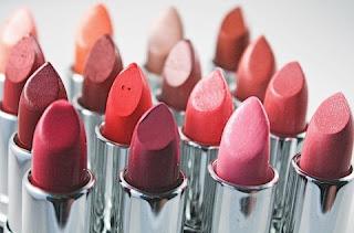 Merias bibir tidaklah sesulit merias mata malah tekniknya juga mudah untuk dikuasai. Rona lipstik yang berbeda juga mampu mengubah kesan penampilan anda dalam sekejap. Anda juga boleh memberikankesan lipstik yang unik dengan menggabungkan dua rona menjadi satu pada bibir anda.  Bahan utama paling penting dalam penghasilan lipstik adalah pigmentasi warna. Selain memberikan warna pada lipstik, pigmen ini juga mengandung minyak untuk membantu mempertahan kan kelembapan bibir dan menyebarkan warna dengan lebih menyeluruh. Lipstik juga diperbagus dengan sejenis wax untuk mempertahankan bentuk lipstik di dalam kemasan agar tidak mudah mencair.  Lipstik bibir biasanya ditemukan dalam bentuk biasa atau krim dan mempunyai puluhan warna menarik. Kualitas lipstik bukan berdasarkan harga sebaliknya dari segi jenis dan fungsi kegunaannya. ada yang mampu bertahan hingga delapan jam dan ada yang hanya sebentar. Lipstik... mana salah satu pilihanmu?  Tentu anda bingung memilih rona yang sesuai apalagi jika didepan mata anda terdapat berbagai jenis rona dan jenis. Berbagai faktor perlu diambil yang sekiranya masuk dalam warna baju anda. Warna lipstik anda sewajarnya menjadi 'compliment' pada gaya fashion anda dan bukan sebaliknya.  Jika kunci gaya anda adalah casual maka pilihlah rona yang bersifat alami dengan nuansa warna yang lebih ringan. sekiranya anda ingin pergi ke pesta atau acara hiburan, pilihlah rona lipstikyang lebih berat seperti warna merah pekat, merah saga (sesuai untuk kulit cerah) atau warna yang lebih dominan dan akhiri dengan pengilat bibir.  Warna lipstik yang sering menjadi pilihan wanita Asia adalah seperti rona plum, coklat, merah jambu, merah dan rona alami seperti mocha., cooper, dan ada juga yang lebih nyaman dengan rona nude untuk tampil sederhana. Setelah selesai memilih rona pilihan, pastikan anda mencoba untuk memastikan apakah sesuai atau tidak. Coba lipstik anda pada bibir  dan bukan pada tangan anda. Ini karena warna lipstik berbeda jika dioles pada