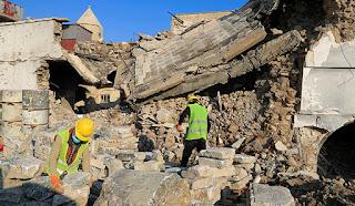 عمال اليونسكو وهم يحاولون ترميم الكنائس المدمرة