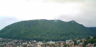 De la stânga: culmea cu Panoramicul, vârful cu terasa belvedere şi şaua cu ruinele cetăţii
