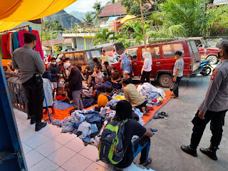 Pentingnya Protokol Kesehatan, Personil Polsek Anggeraja Laksanakan Patroli Dialogis Dan Mengedukasi Pengunjung Pasar