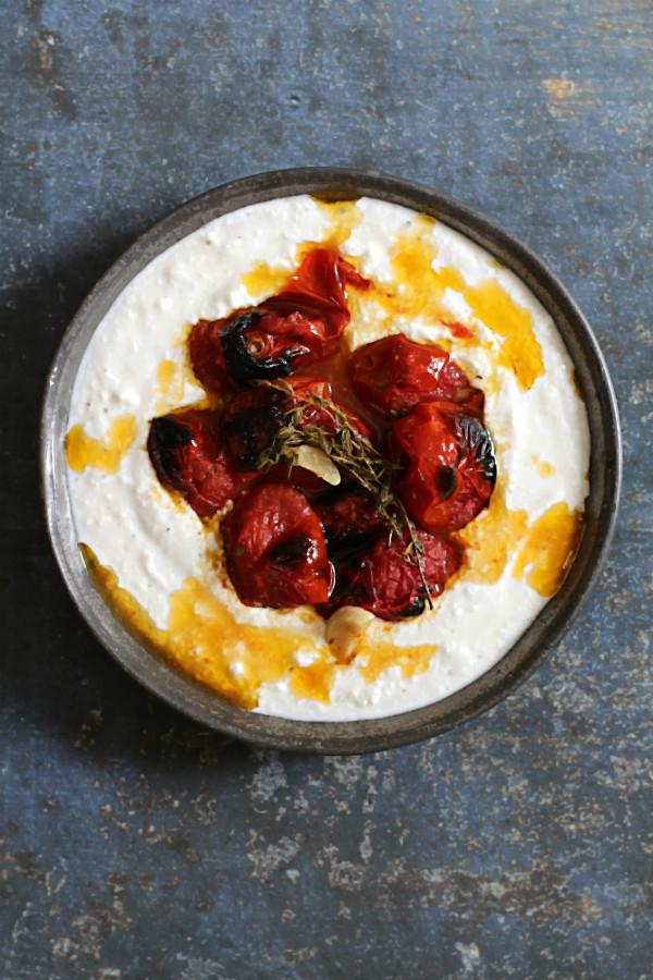 Ein tolles, schnelles, einfaches, vegetarisches Rezept von Ottolenghi: Heiße Tomaten aus dem Backofen (confiert) auf eiskaltem Joghurt mit Salz, Zitrone und Pfeffer. Göttlich als Beilage zum Grillen oder vegetarischer Hauptgang. Arthurs Tochter kocht, der Foodblog aus Rheinhessen von Astrid Paul #rezept #vegetarisch #tomaten #joghurt #simple #ottolenghi #einfach #schnell #backofen #knoblauch #kochbuch #fisch #fleisch #blumenkohl #auberginen #lachs #