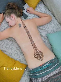 красивое мехенди на спине