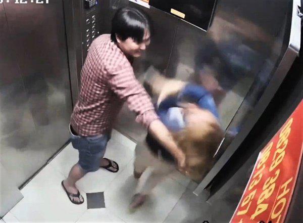 Người phụ nữ bị đánh tới tấp trong thang máy ở TP.HCM