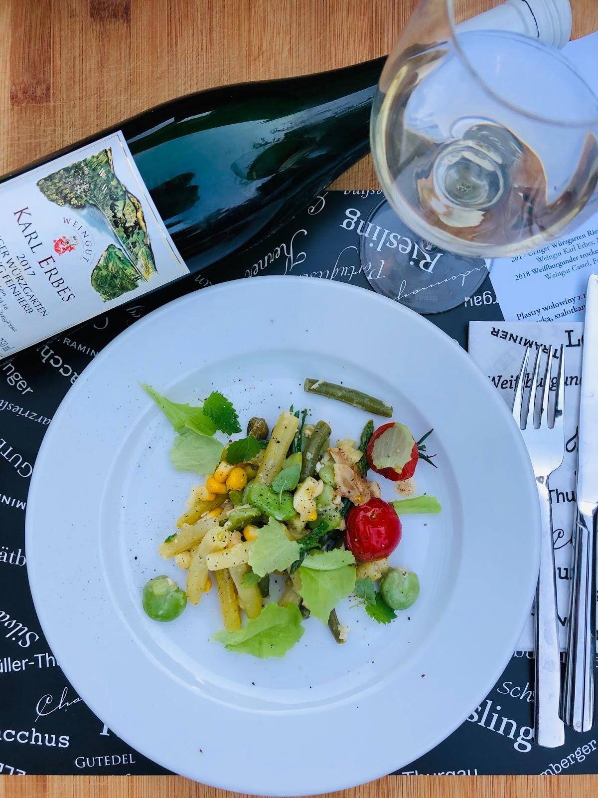 Sałatka na lato z fasolki szparagowej, bobu i pomidorków w winegrecie sosnowym