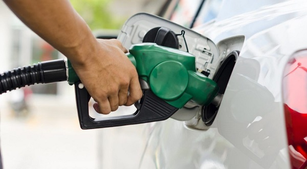 ¿Por qué algunos autos tienen la boca de carga del tanque de combustible a la derecha y otros a la izquierda?