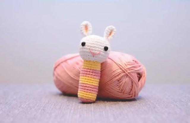 Accesorios para bebé a crochet: sonajero y cadenita para chupo