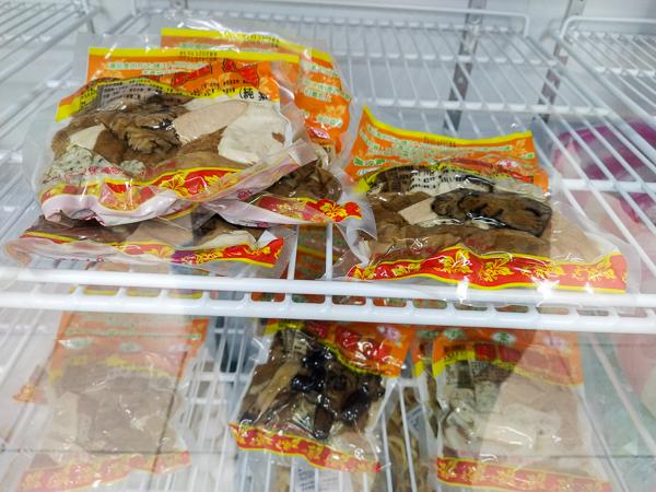 台中大里奕品素食超商多種餅乾零食、熱狗關東煮,素食美食好去處