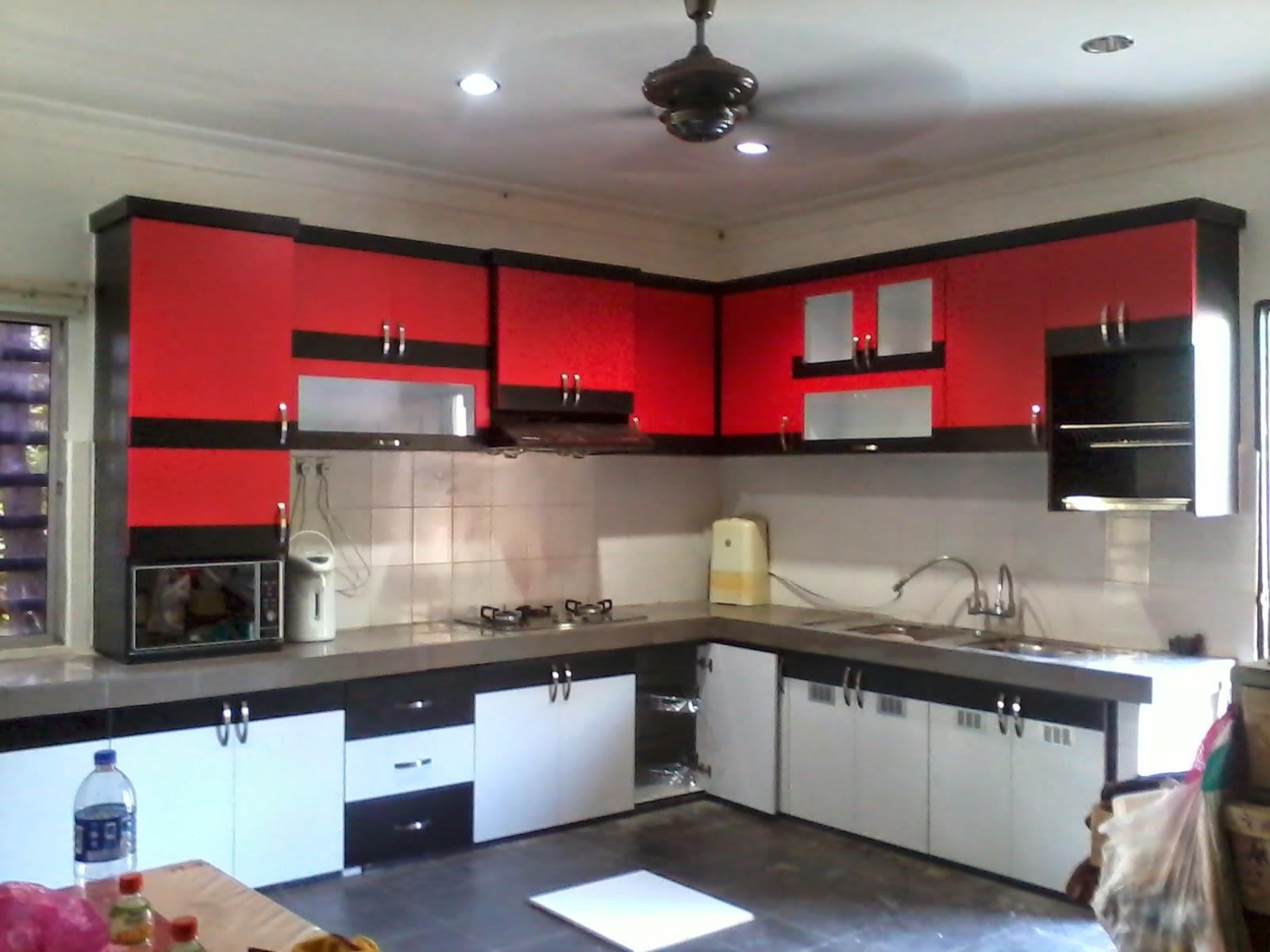 Kabinet Dapur Daripada Kemasan Formica Yang Berwana Merah Gloss Beserta Lining Hitam Dan Ruang Bagi Meletak Oven Manakala Bawah