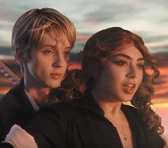 Charli XCX e Troye Sivan lançam clipe de 1999