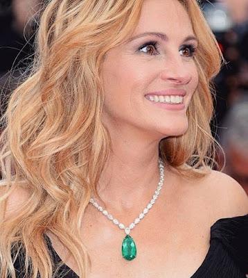 Pode ter certeza que um colar que as famosas usam deixam as mulheres lá nas nuvens, um colar num look certo é perfeito. Os colares já fazem parte da vida das mulheres, eles são um acessório essencial, veja agora algumas famosas com seus colares magníficos.