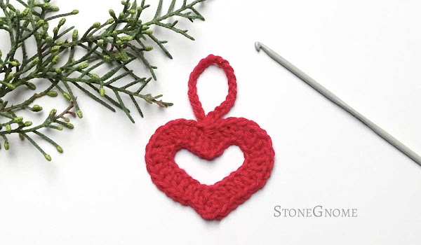 Crochet a little heart with a crocheted string