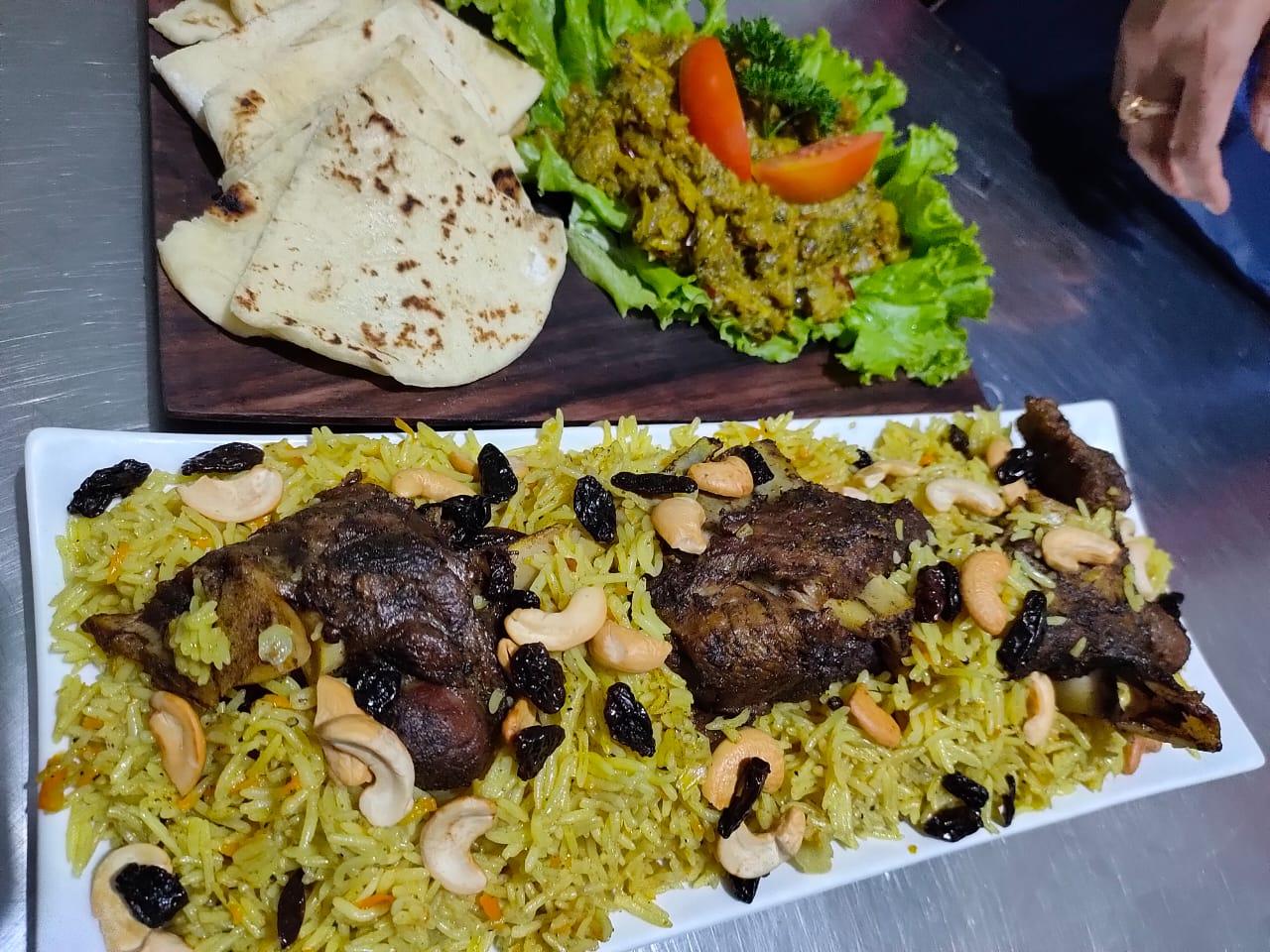 Nasi mandhi, roti arab, dan salad zaalouk