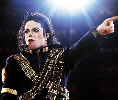 Voos em Neverland e leilão homenageiam Michael Jackson 2 anos após sua morte f2214e0fc991b