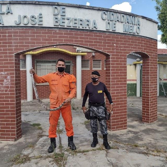 Corpo de Bombeiros captura cobra jiboia dentro de escola em Crateús