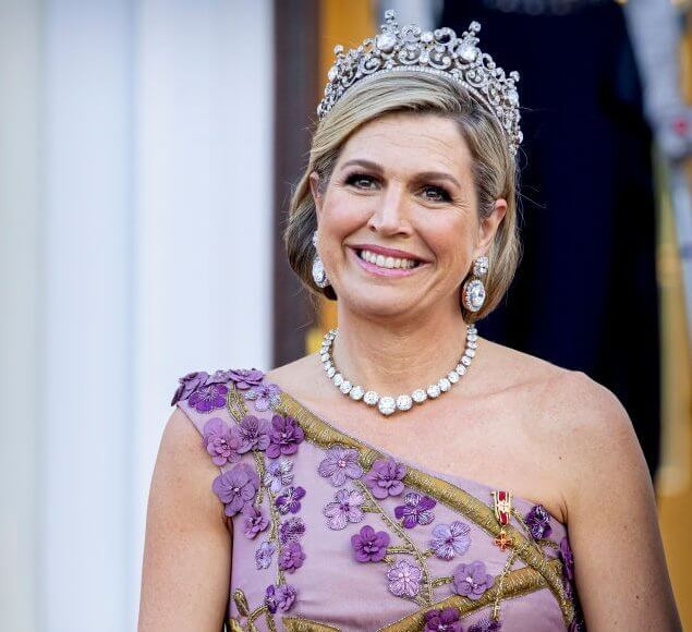Queen Maxima wore an embroidered gown by Jan Taminiau, and gold leather sandals by Gianvito Rossi. Begum Khan evening bag. Stuart Tiara