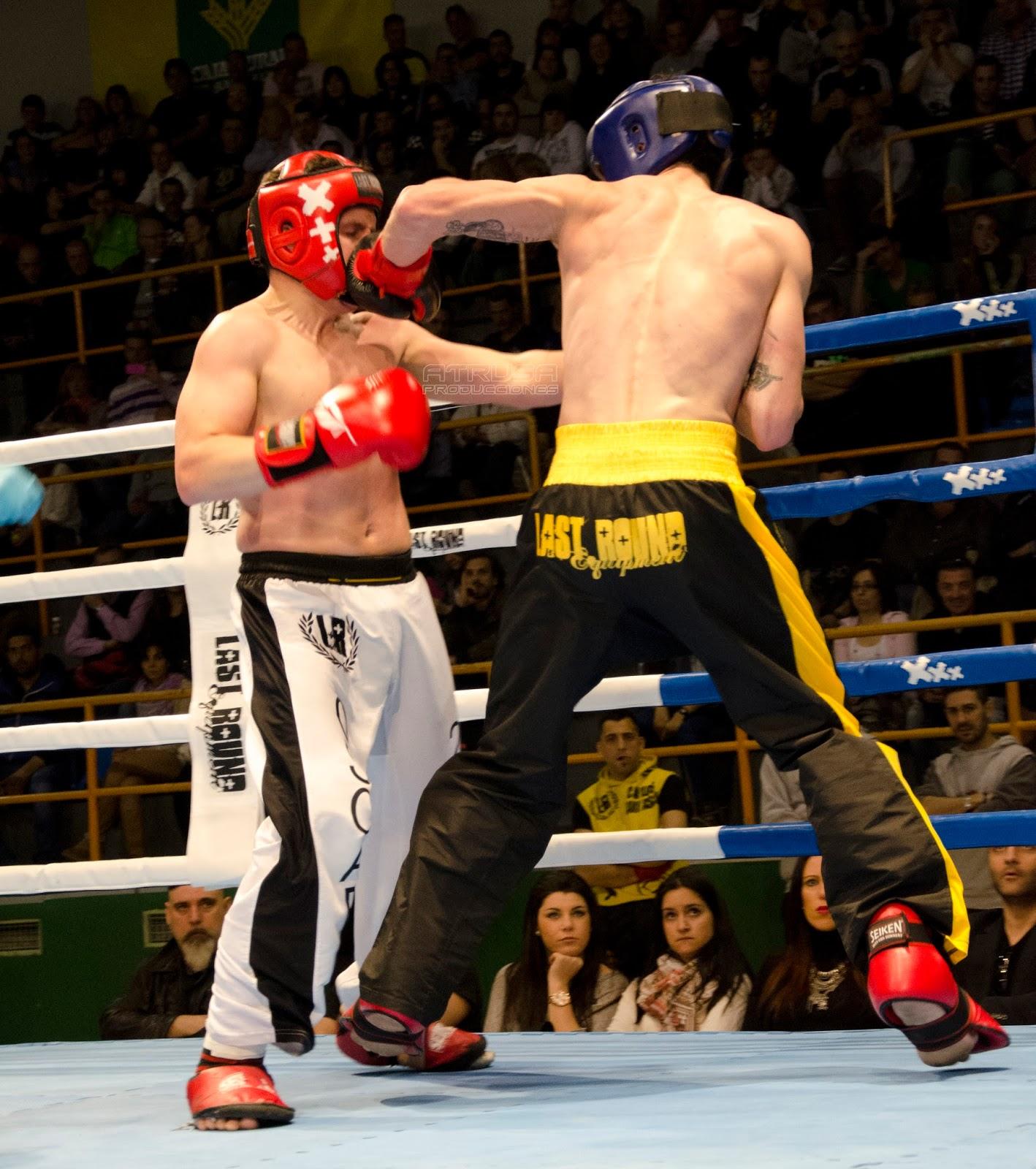 Luchador pegando puñetazo