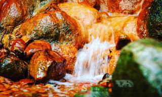 Wow.. Di Krondonan – Gondang Ada Grojokan Yang Batunya Berwarna Emas