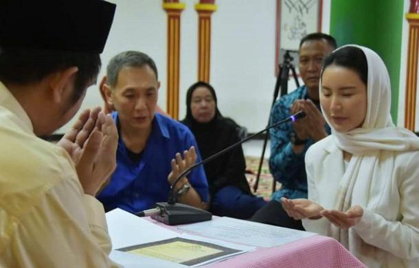 Jadi Mualaf , Fitria Direktur Perusahaan Tol Ini Langsung Bangun 1000 Masjid