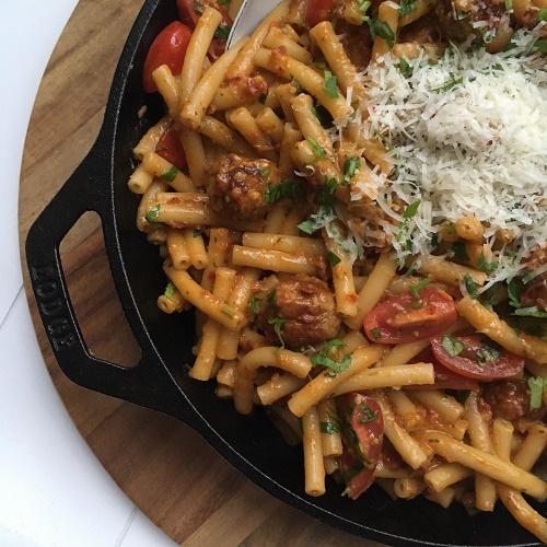 Pasta mit Pesto rosso und Hackbällchen