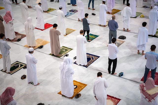Seperti Ini Penampakan Sholat Subuh Berjamaah Perdana di Masjidil Haram di Tengah Pandemi Covid