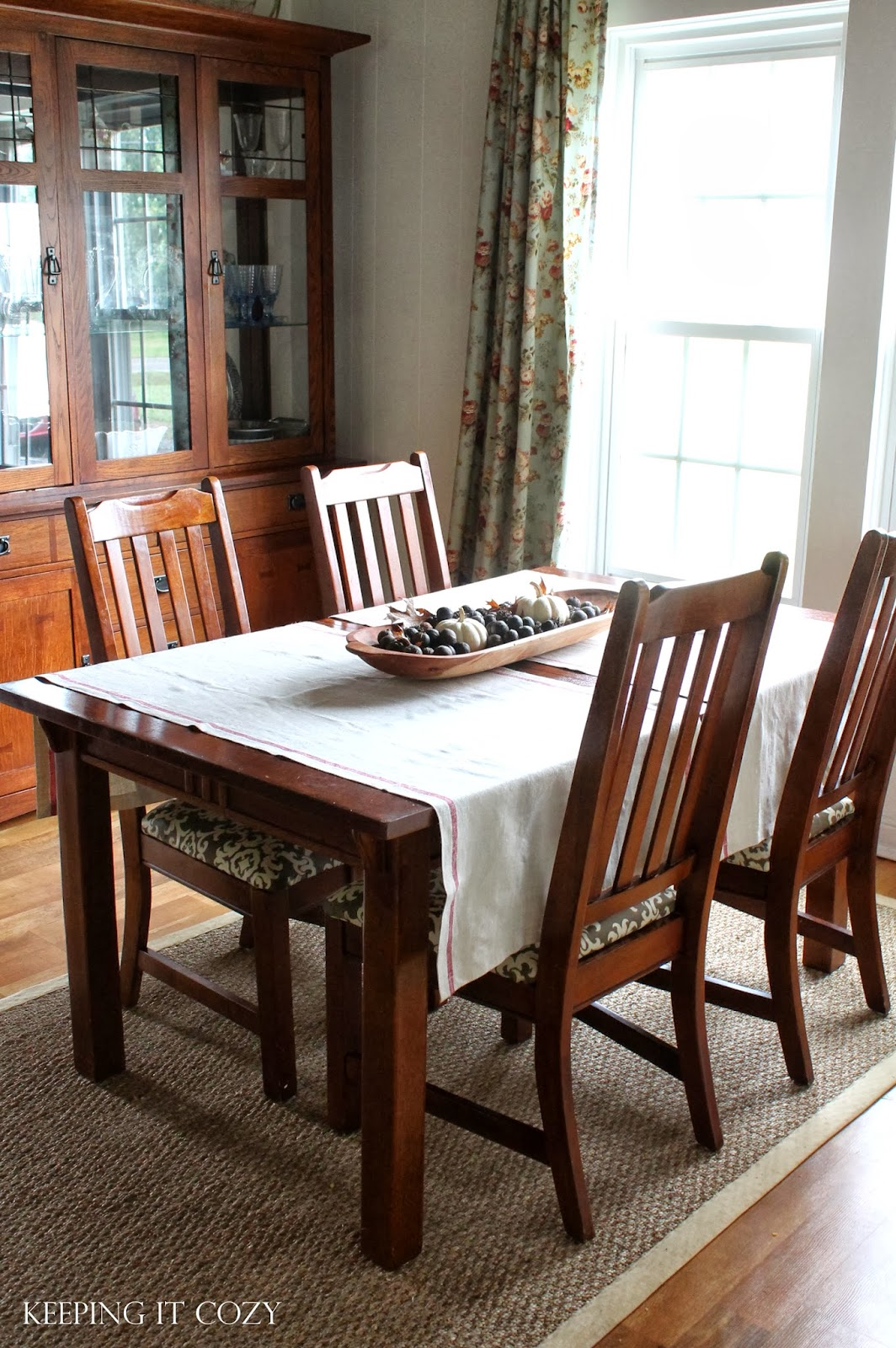 Cozy Dining Space: Keeping It Cozy: An Autumn Look In The Dining Room