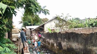 Lembur Madani Gandeng Masyarakat dan Aparat Bersihkan Aliran Sungai Dawuan