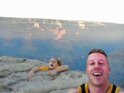Selfie von Bergklippe witziges Ehepaar macht Foto