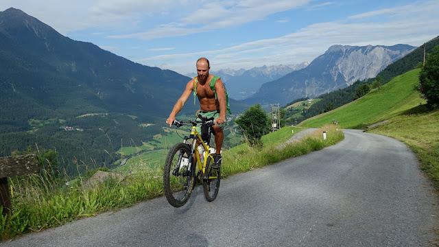 Martin von Freeride Inc. Austria fährt mit seinem Bike auf den Berg