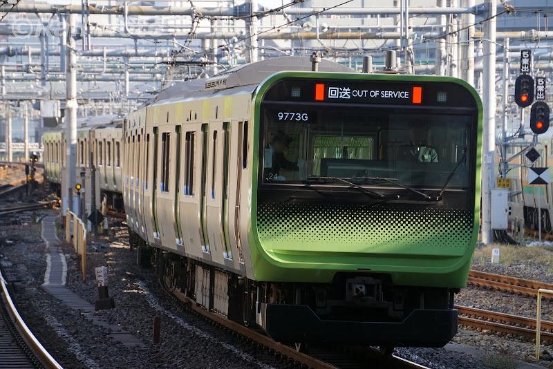 上野駅の引き揚げ線に向かうE235系