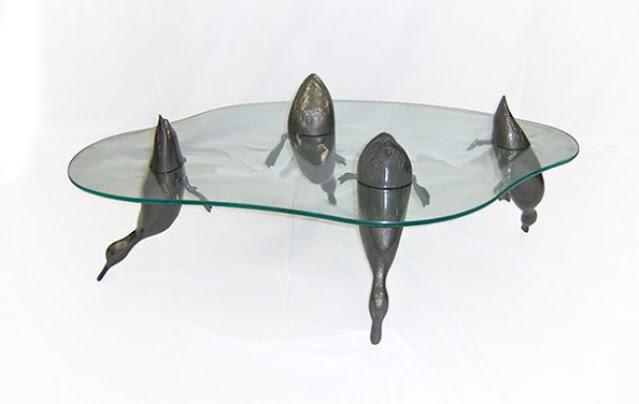 Desain Meja Keren Yang Nggak Biasa, Ada Hewan Mandi Dibawahnya!