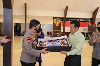 HUT TNI ke-76, Kapolda Sulsel Beri Kejutan Kepada Pangdam XIV Hasanuddin, Pangkoopsau II , Serta Danlantamal VI Makassar
