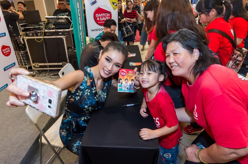 Amber Chia taking a selfie with lucky Watsons VIP Members during the autograph session.