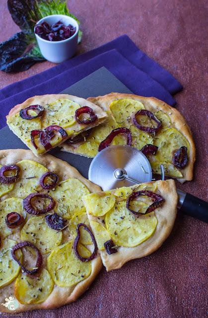 Pizza mit Kartoffeln und Rotweinzwiebeln