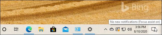 """رسالة تلميح حول """"Focus Assist on"""" من شريط مهام Windows 10."""