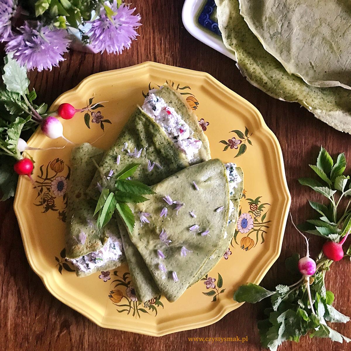 Naleśniki z podagrycznikiem i czosnkowym twarożkiem z kwiatami szczypiorku