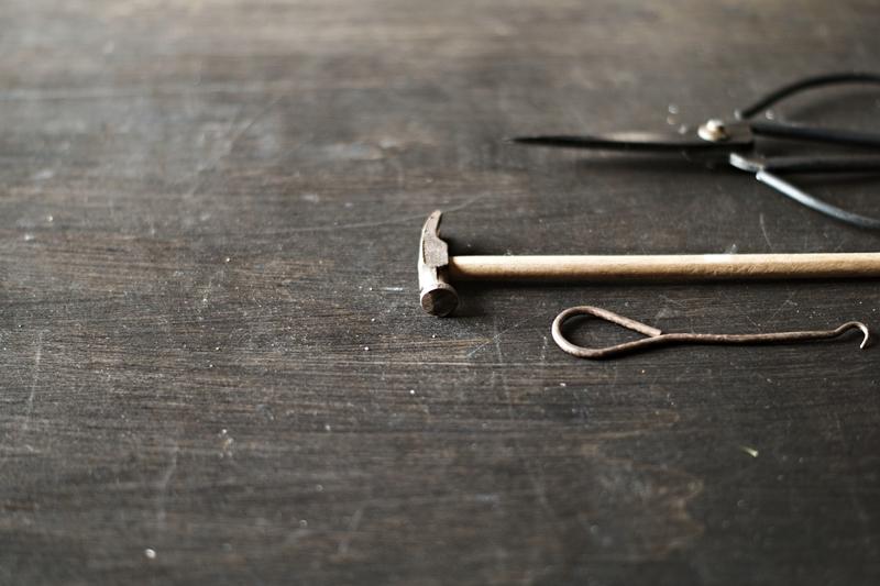 Blog + Fotografie by it's me! - Makro Montag - kleiner Hammer, alte Schere, altes Werkzeug auf Schwarz