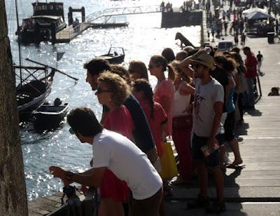 Pessoas na margem do rio Douro
