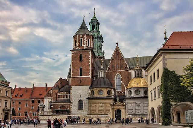 Nằm trong Old Town - trái tim của Warsaw (Ba Lan), cung điện Hoàng gia là cả một mạng lưới bao gồm các con đường trải sỏi, nhà thờ và các tòa lâu đài đầy màu sắc. Cung điện này là nơi cư ngụ chính của các vua Ba Lan ở thế kỷ 18. Nơi đây từng bị phá hủy bởi các vụ hỏa hoạn và xâm lăng, nhưng sau mỗi lần như vậy, tòa lâu đài đều được sửa chữa và trùng tu lại y hệt như bản thiết kế cũ.