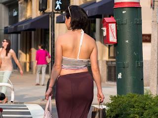 Mujeres hermosas ropa transparente calle